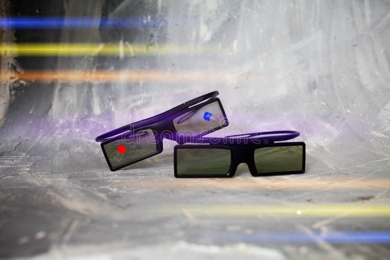 Zwei Plastik3 d-Gläser liegen auf einander auf einem grauen Hintergrund, mit lizenzfreie stockfotografie