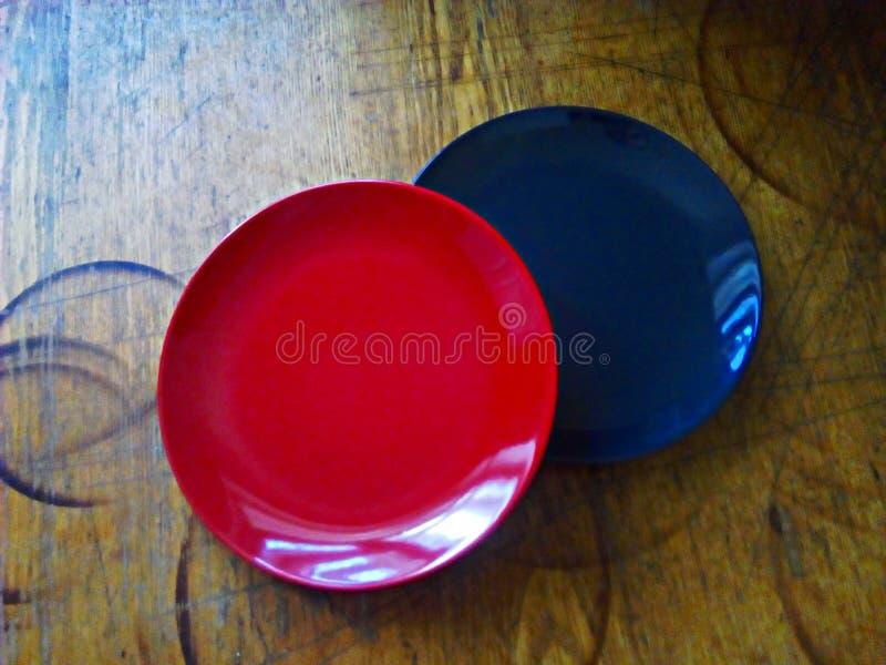 Zwei Platten auf einer alten, schäbigen Küchenholzoberfläche lizenzfreie stockfotos