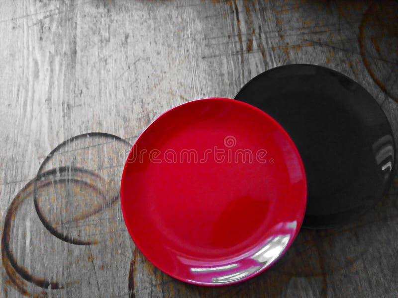 Zwei Platten auf einer alten, schäbigen Küchenholzoberfläche Eindeutiges Bild lizenzfreie stockfotos