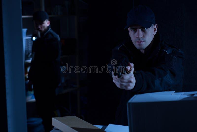 Zwei Polizisten bei der Arbeit lizenzfreies stockbild