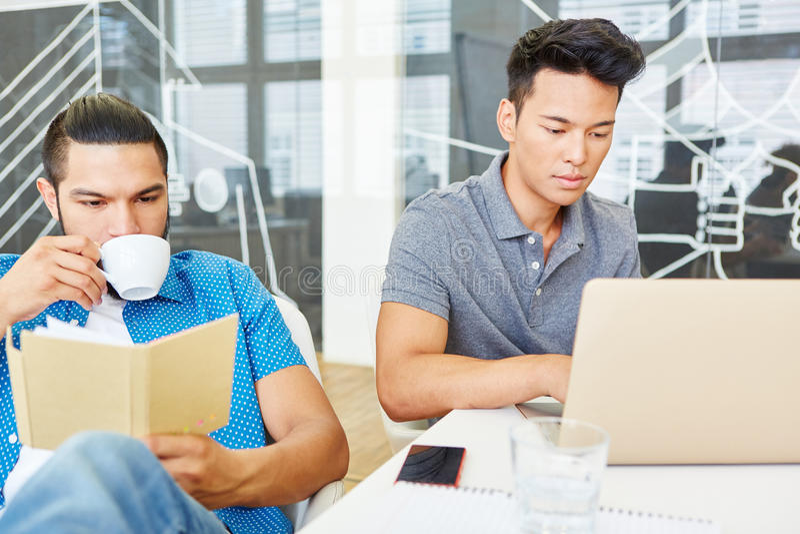 Zwei Programmierer mit Computer lizenzfreie stockfotografie