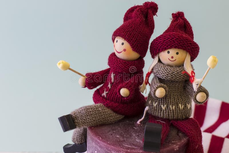 Zwei Puppen Junge und Mädchen mit Weihnachtsblick stockfoto
