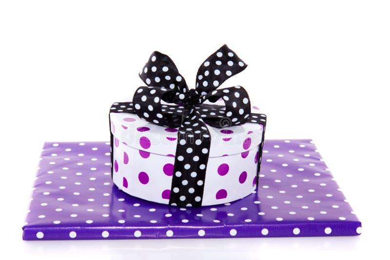 Zwei purpurrote punktierte Geschenke lizenzfreies stockbild
