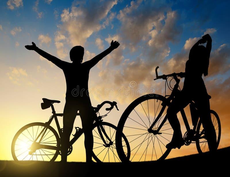 Zwei Radfahrer auf einem Fahrrad stockfotografie