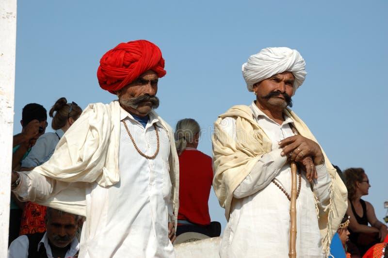 Zwei Rajasthani Stammes- Männer bedienen das jährliche Pushkar Vieh ehrlich, Indien lizenzfreies stockfoto