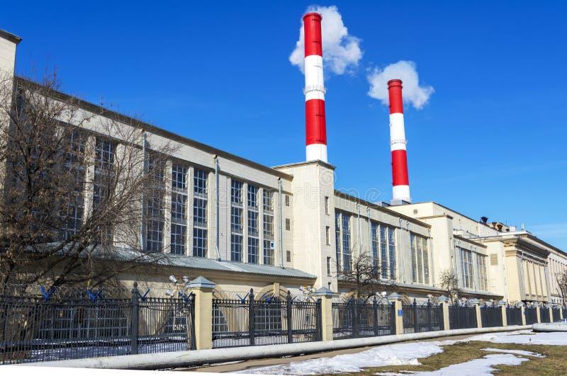 Zwei rauchende Fabrikrohre und Fabrik stockfoto