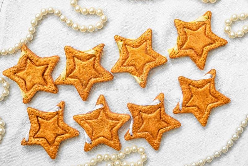 Zwei Reihen von acht dekorativen goldenen Sternen handgemacht vom Teig stockfoto