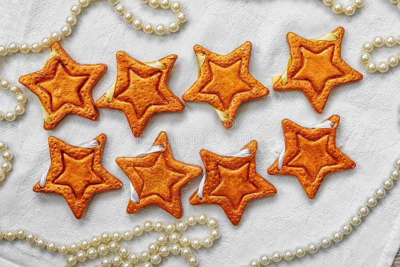 Zwei Reihen von acht dekorativen goldenen Sternen handgemacht vom Teig lizenzfreie stockfotografie