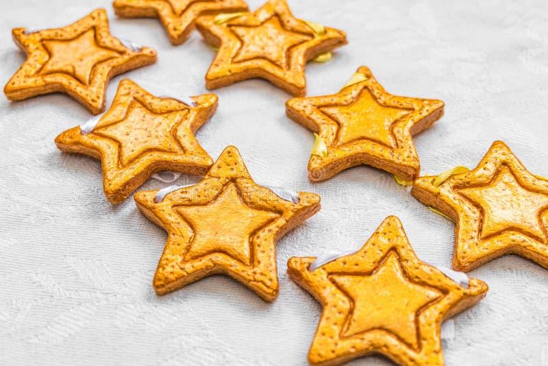 Zwei Reihen von acht dekorativen goldenen Sternen handgemacht vom Teig stockbilder