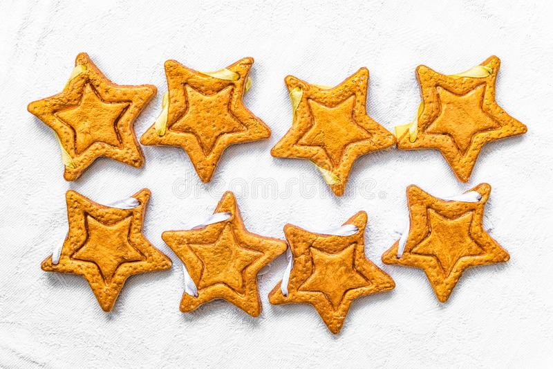 Zwei Reihen von acht dekorativen goldenen Sternen handgemacht vom Teig stockfotografie