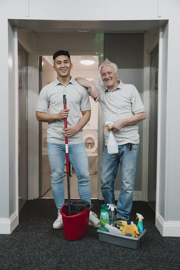 Zwei Reiniger bei der Arbeit lizenzfreies stockbild