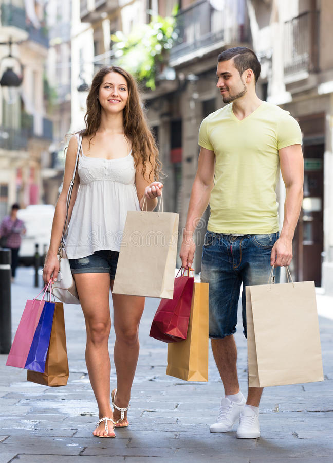Zwei Reisende nach dem Einkauf stockfotografie