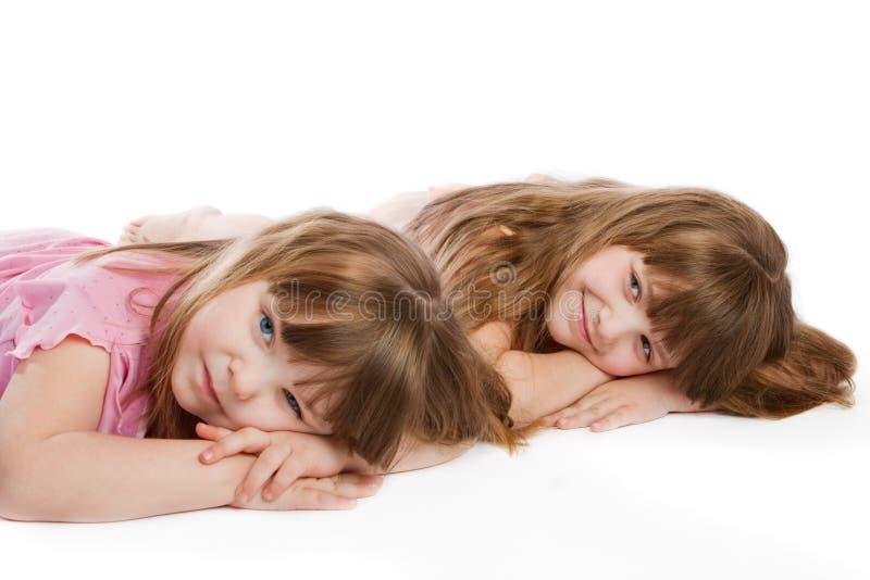 Zwei reizende kleine Mädchen lizenzfreie stockfotografie