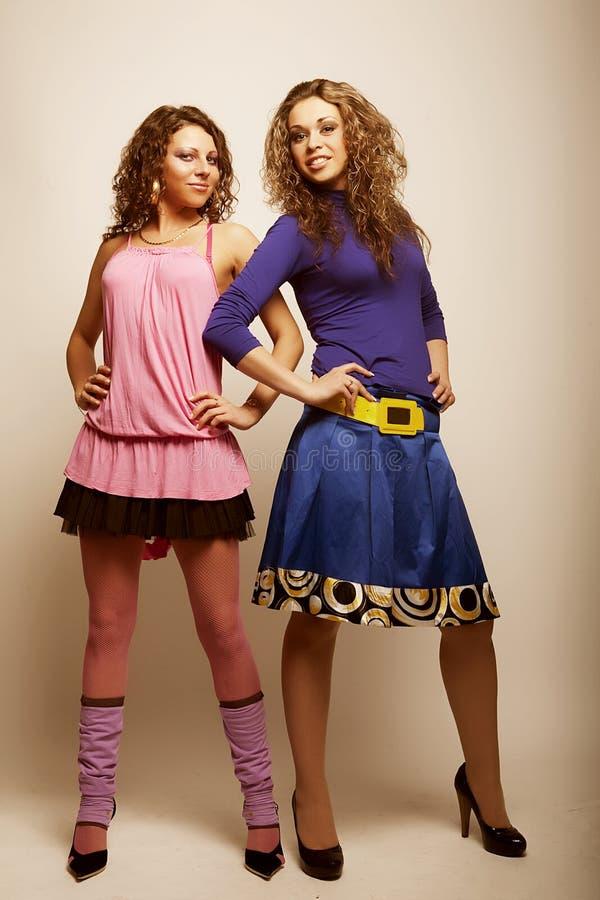 Zwei reizvolle junge Mädchen stockfoto