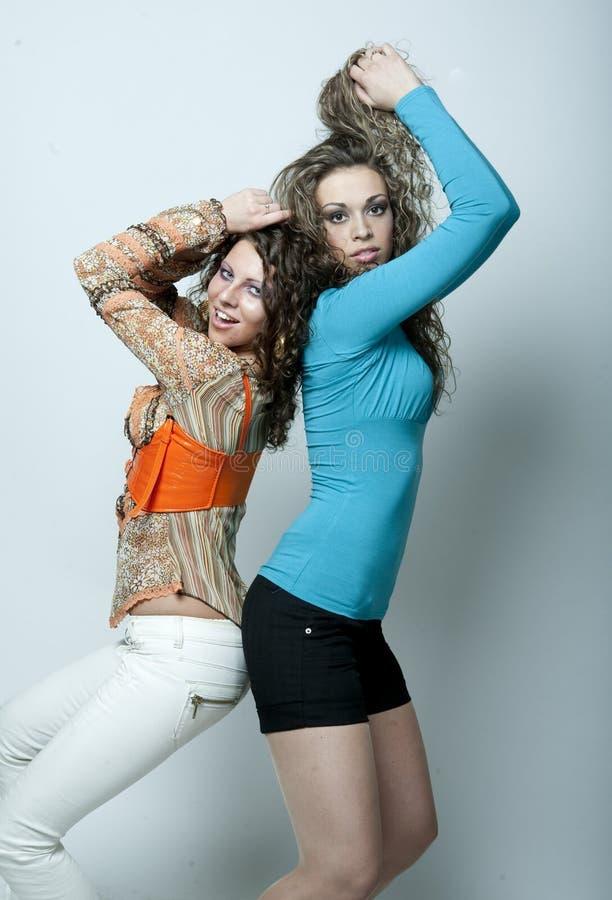 Zwei reizvolle junge Mädchen stockfotos