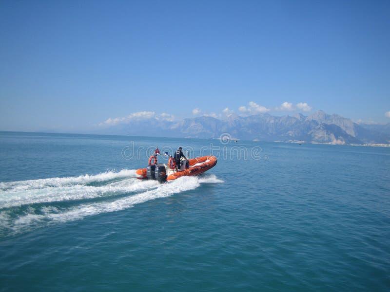 Zwei Retter in einem Boot segeln durch Meer in der Türkei stockbilder