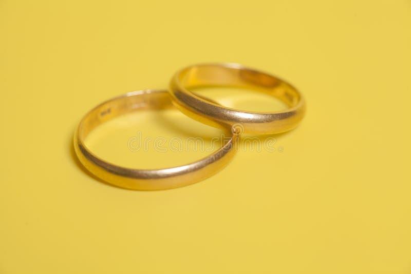 Zwei Ringe Der Goldenen Hochzeit Stockfoto Bild Von Juwel
