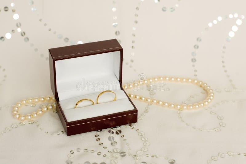 Zwei Ringe der goldenen Hochzeit lizenzfreie stockfotos