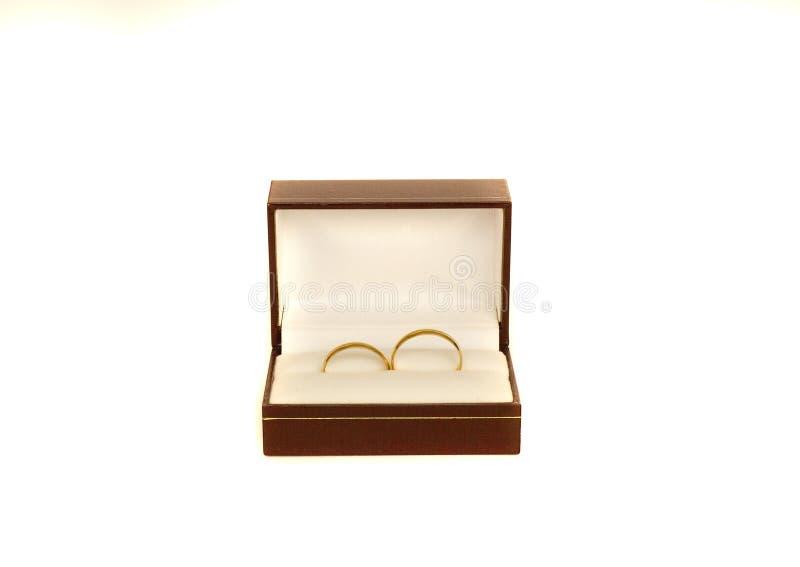 Zwei Ringe der goldenen Hochzeit in einem Kasten stockfotografie