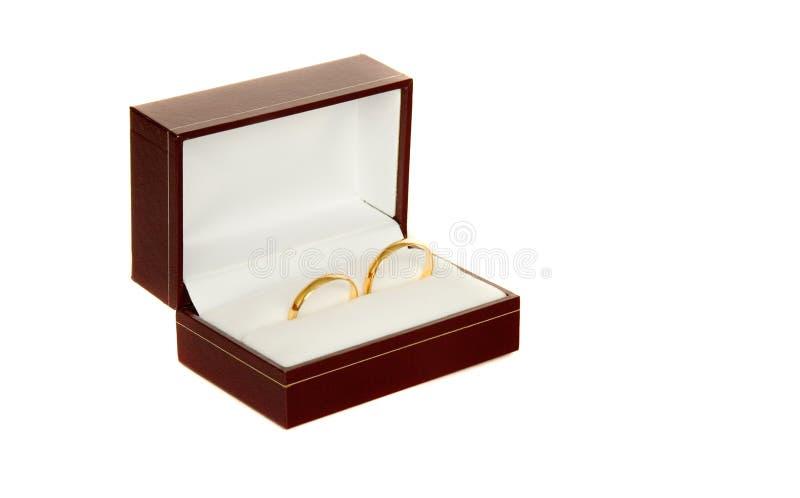 Zwei Ringe der goldenen Hochzeit in einem Kasten lizenzfreie stockfotografie