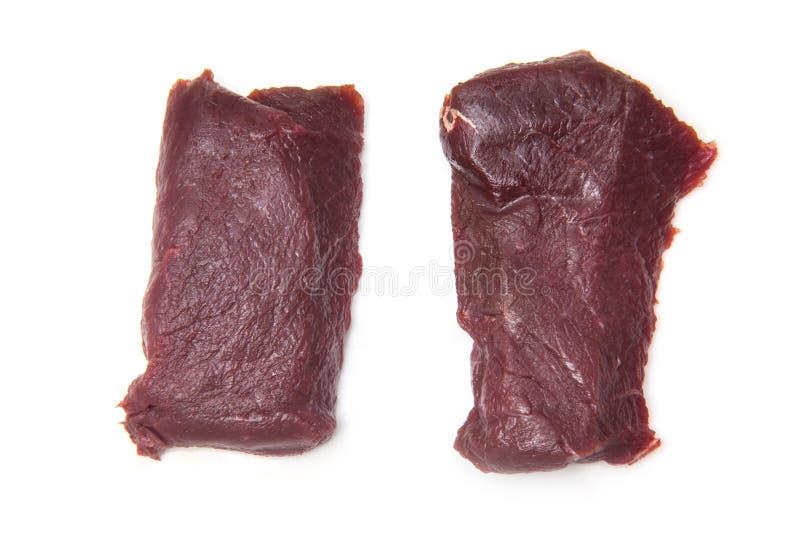 Zwei rohe Kamelfleischsteaks auf Weiß stockfoto
