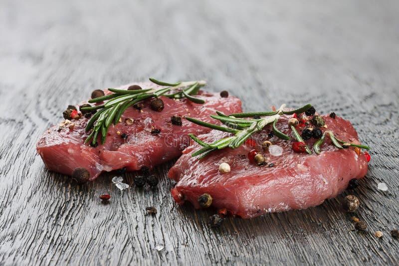Zwei rohe Rindfleischsteaks in den spicies lizenzfreie stockbilder