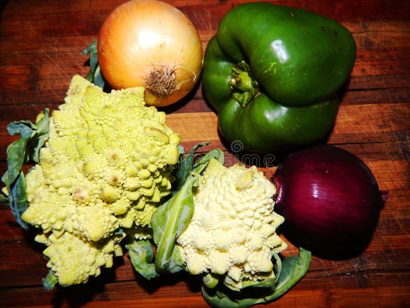 Zwei Romanescu Kohl, gelbe Zwiebel, purpurrote Zwiebel, grüner grüner Pfeffer stockfoto