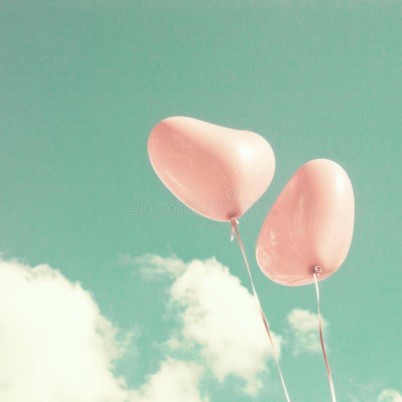 Zwei rosa Herz-förmige Ballone stockbilder