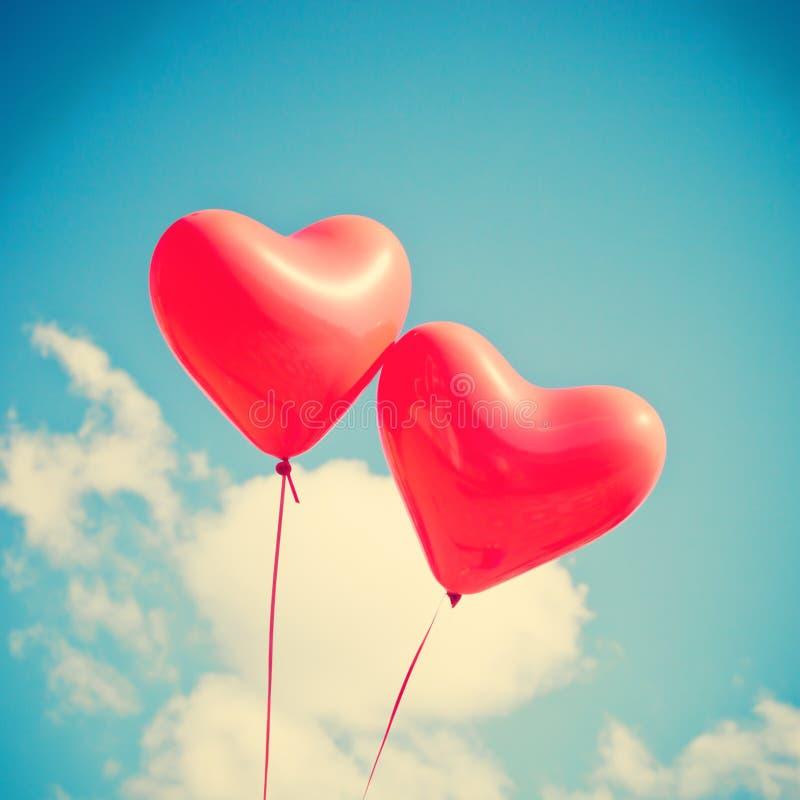 Zwei rote Herz-förmige Ballone stockbilder