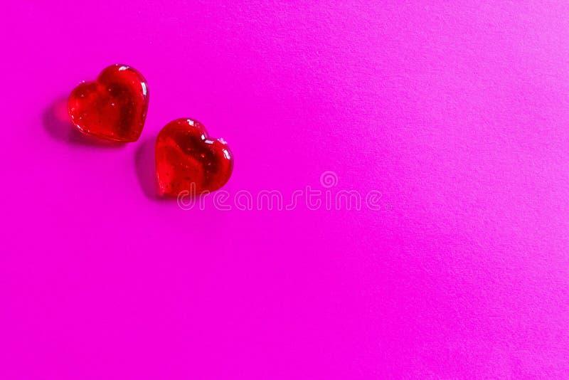 Zwei rote Herzen auf rosa Hintergrund für Valentinstag, Hochzeiten, usw. lizenzfreie stockfotografie