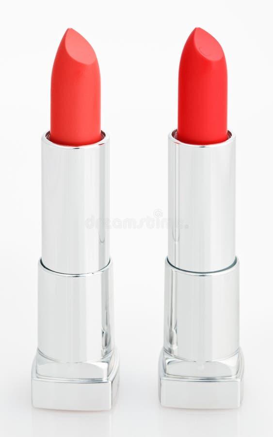 Zwei rote Lippenstifte auf Weiß lizenzfreies stockfoto