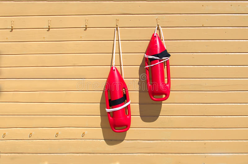 Zwei rote Rettungsbojen stockfotografie