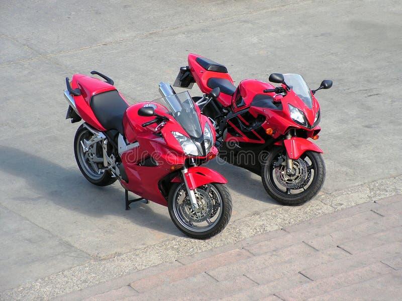 Zwei rote schöne Motorräder. lizenzfreies stockbild