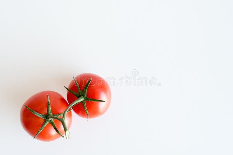 Zwei rote Tomaten auf weißer Tabelle von oben stockbilder
