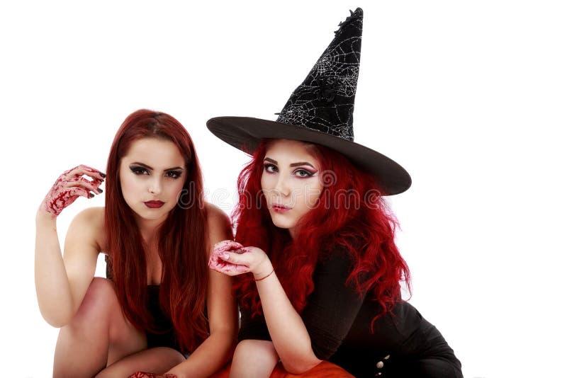 Zwei Rothaarigefrauen mit blutiger Hand-Halloween-Szene lizenzfreies stockfoto