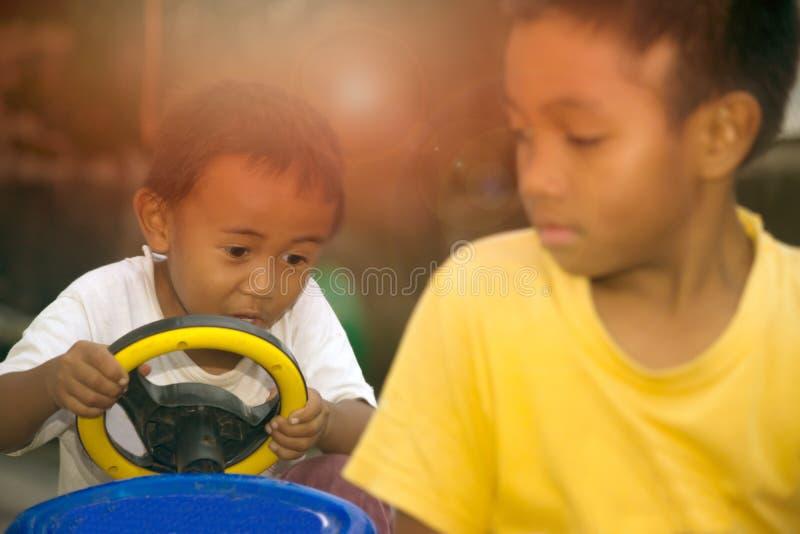 Zwei süße Kinder, die auf Straße spielen lizenzfreies stockbild