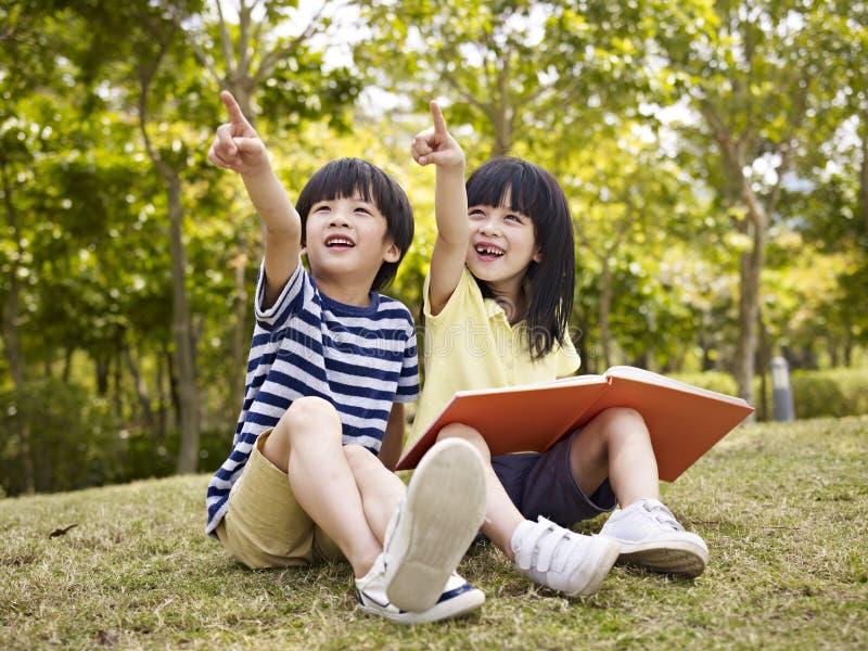 Zwei schöne asiatische Kinder lizenzfreie stockbilder