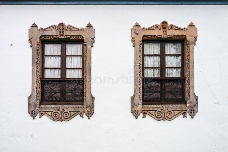 Zwei schöne Doppelfenster lizenzfreie stockfotografie