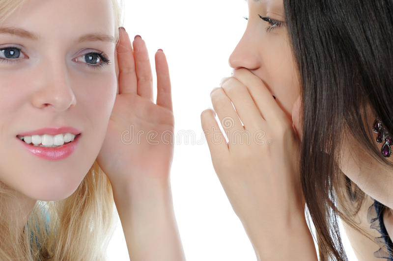 Zwei schöne Frauen, die Geheimnis erklären stockfotos