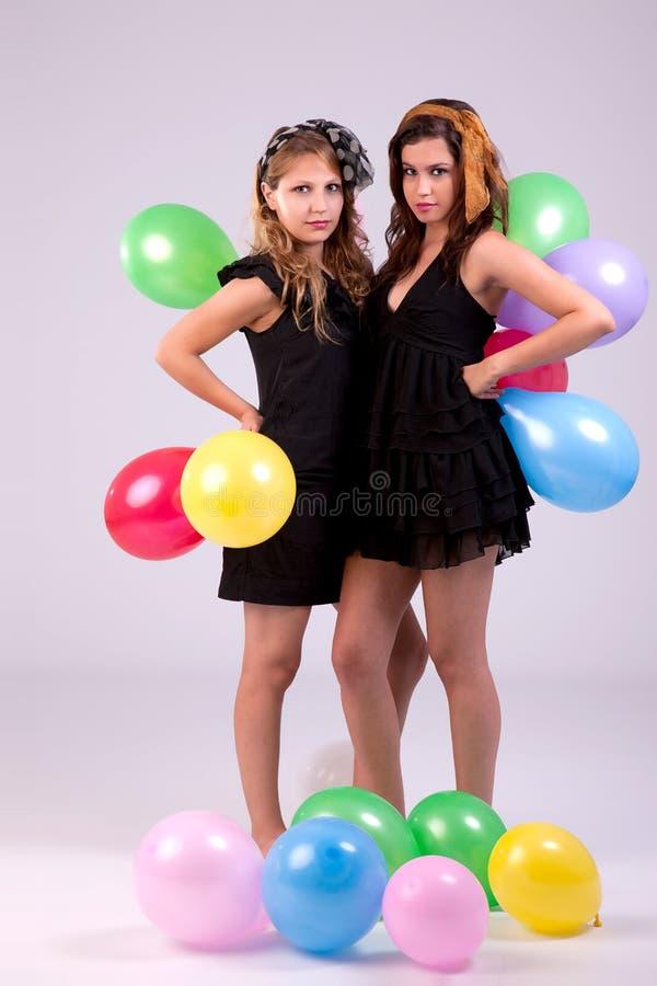 Zwei schöne Frauen, mit farbigen Ballons lizenzfreies stockbild