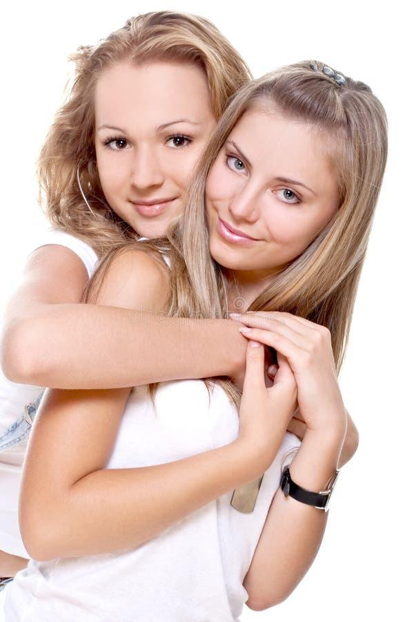 Zwei schöne Frauen in weiße T-Shirts lizenzfreie stockfotografie
