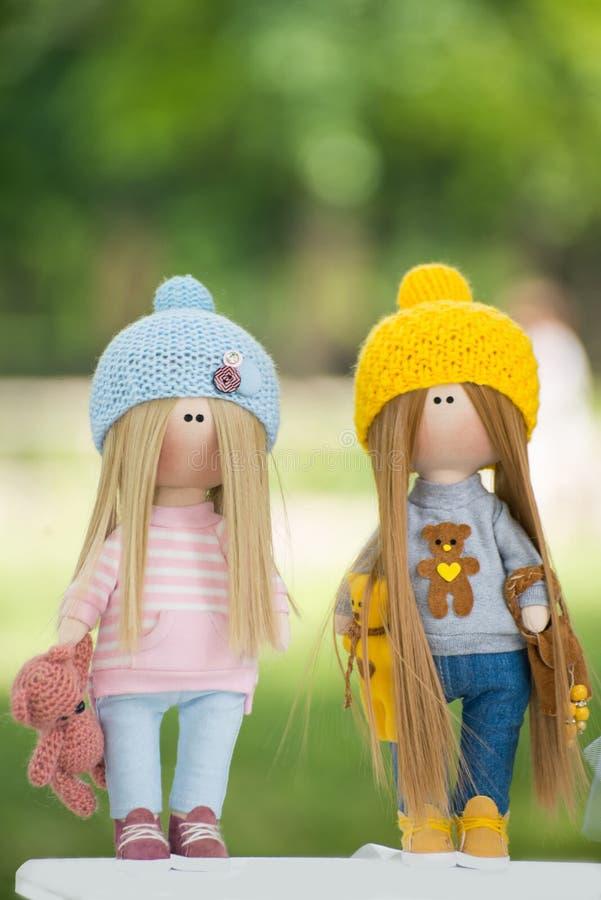Zwei schöne handgemachte Puppen lizenzfreie stockbilder