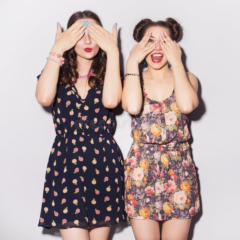 Zwei schöne Jugendliche der Brunettefrauen (Mädchen) geben Zeit togeth aus lizenzfreie stockfotografie