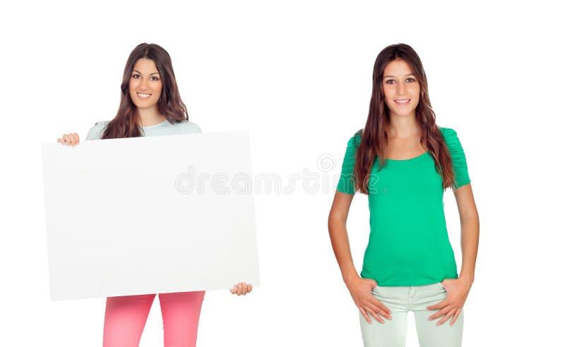 Zwei schöne junge Frau und eins ihrer Holding ein Plakat stockbild