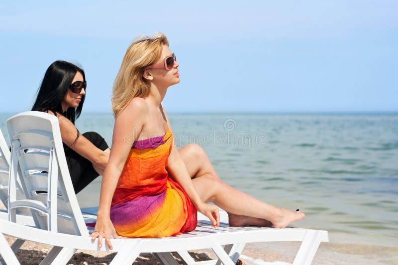 Zwei schöne junge Frauen lizenzfreie stockbilder