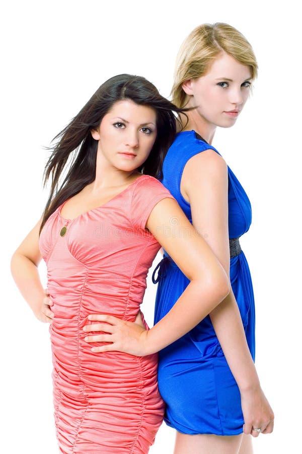 Zwei schöne junge Frauen in den Abendkleidern. lizenzfreie stockfotos