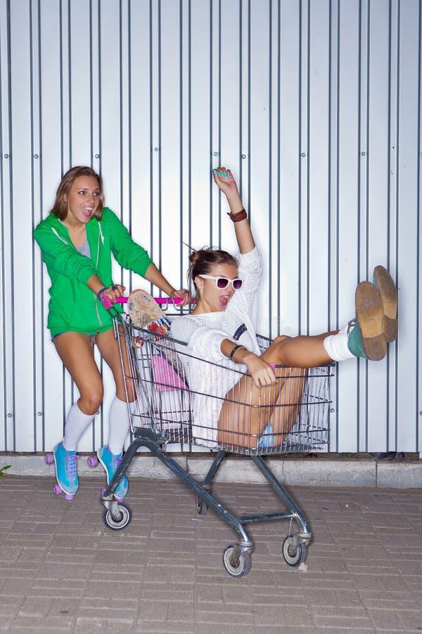 Zwei schöne junge Mädchen lizenzfreie stockfotografie