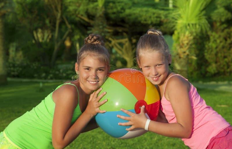 Zwei schöne kleine Mädchen lizenzfreies stockbild