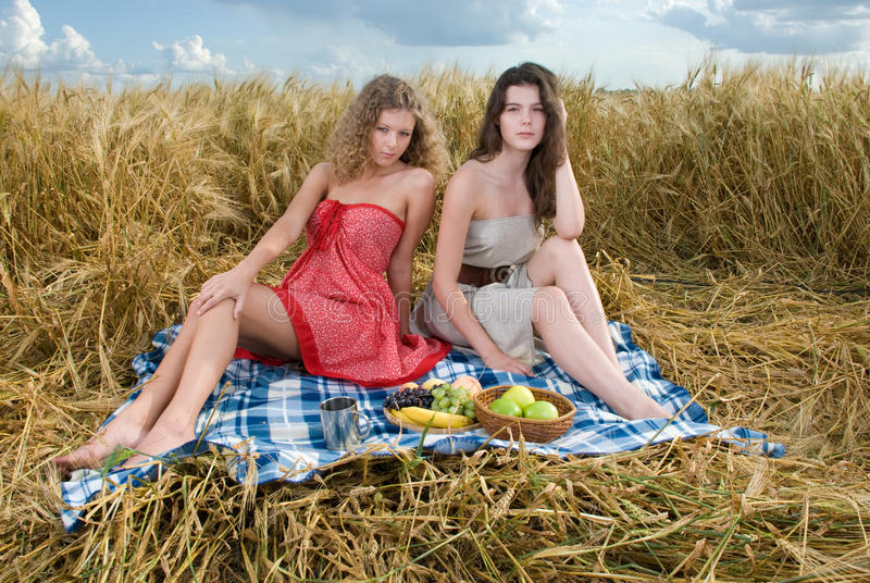 Zwei schöne Mädchen auf Picknick lizenzfreie stockbilder