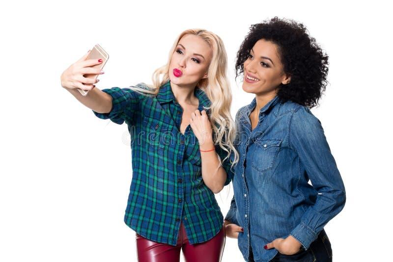 Zwei schöne Mädchen, die selfie machen stockfotografie